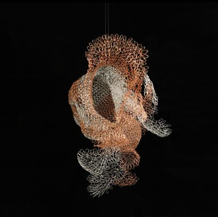 蘇小夢 在 金工創作 的過程中,由技術的學習到個人風格的形成,對於 作品 的自省與改變,每每令我感到驚奇與感動。一直認為將東方文化融入現代 金工 創作中是令傳統金屬工藝有新的生命產生的必要條件,所以在近期的 藝術 作品 中一直致力於將自身文化融入現代創作中。
