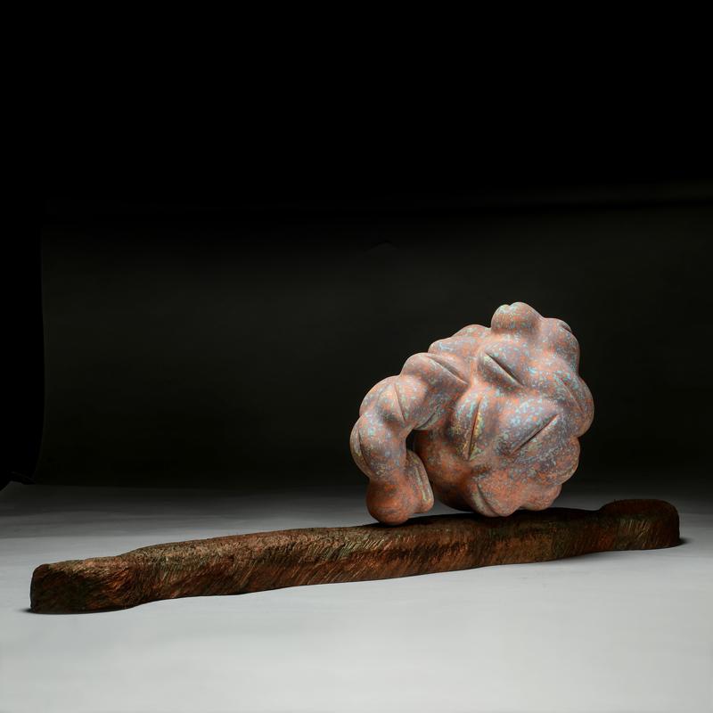 台灣歷史的演進,長期對國籍識別的定位混亂及未來的發展方向的不確定感,使人民對自我民族意識的認同較其他國家來的困難。台灣當代 雕塑 家 張清淵 教授 試圖穿透這文化迷霧,但他總是堅定且獨立的在這 藝術 家心理迷宮中尋找一個解決的出口。 張清淵 的 陶藝 驚豔出色同時包含自傳與社會的象徵意義。— 李察・赫胥