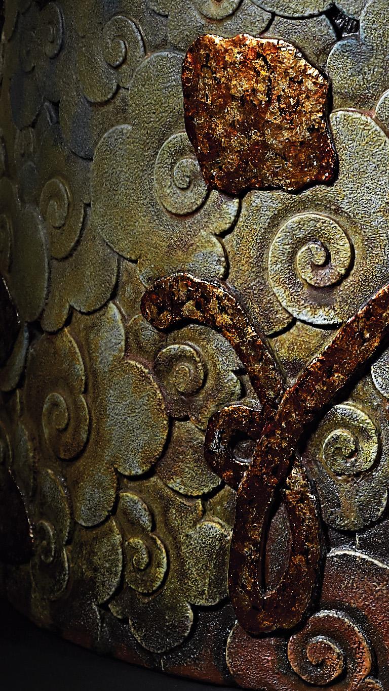 李幸龍 在每一次的個展中,如何讓自己投注新的創作元素,而這新思維的延伸,又能與自己以往的作品型態有所連結。從慣用的化妝土運用,與東方紋飾雕刻結合,到柴燒、 茶壺 質感之變化,乃至大型陶板製作。總期望於當代 藝術 領域中,能有屬於東方元素之陶藝面相。也期盼屬於自己的 陶藝 創作模式與作品脈絡,依然仍往前繼續成長。