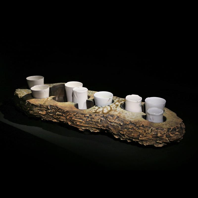 方柏欽 企圖透過具實用性的 陶藝 作品傳達自身感受到的當代工藝創作現況,在考量實用機能性的前提下,以 雕塑 性的表現形式,游離於概念傳達與功能操作、當代創作概念與傳統工藝價值之間,以日常生活的 陶瓷 器物為載體,結合雕塑性的元素與當代創作的思維模式,將 藝術 創作的表現方式融入工藝物件的創作中。