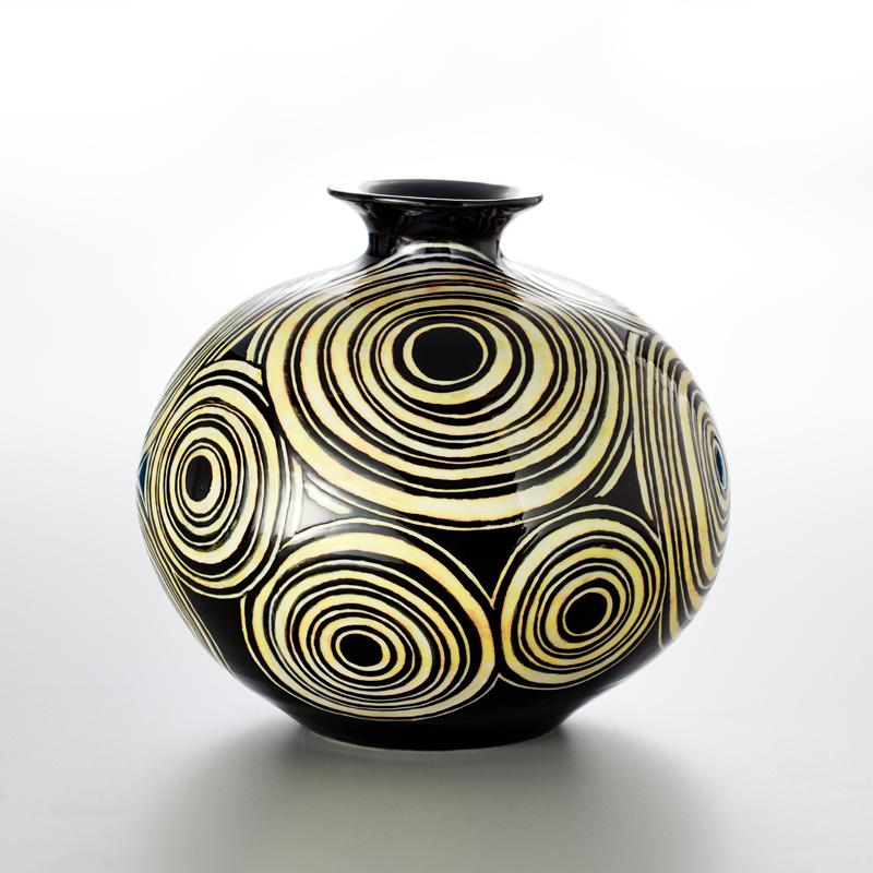 蘇世雄 「 雕釉 」的技法,極具挑戰性,首先要以手拉胚成形,經800度的素燒後,以自行調配的釉藥,依圖案設計之色彩,層層上釉,然後依事先設計的 藝術 圖案,以各式工具磨出需要的色彩與形式,再重新入窯。因為釉藥多達六、七層次,往往要以1230度燒約15小時以上,工序繁複技術困難,實為臺灣 陶藝 作品 的一大創舉。