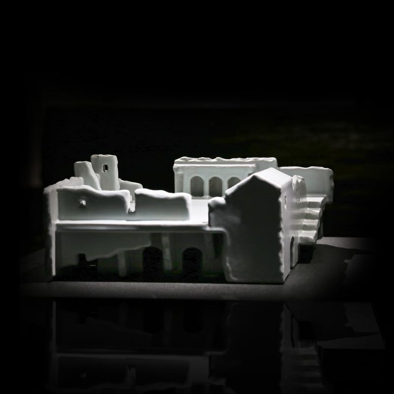 沈東寧 陶藝 作品 巧妙的轉化平凡的景致為憩靜的景色,將我們一貫熟悉的岩壑、山壁寫實濃縮在一定的空間,再以誇張的比例將拱門、階梯等某些 建築 元素安排在立體跌宕的作品裡,代入時間長河流逝的證據,在吾人靠近閱覽的時候,因著各細節的發現,不自覺的走進作者為我們架構的場景中,體驗具體而微,遊走於 陶瓷 風景中的感受。