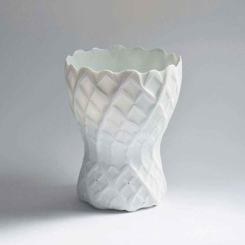 鍾雯婷 關注在 陶藝 創作的探索,利用 陶瓷 的透光性與白的層次,抒發器物之感性。藉由 作品 所創造的內在空間,表現季節表情的依偎、迎風飄揚揮舞的瞬逝圖層、跳躍時空的幻想片段、紋樣與色彩的重組記憶。 鍾雯婷 將 藝術 作品 擬視為果實,在光影線條、顏色氣味的交錯中,實體存在的虛與無乘載了一齣屬於自我的流動的詩。