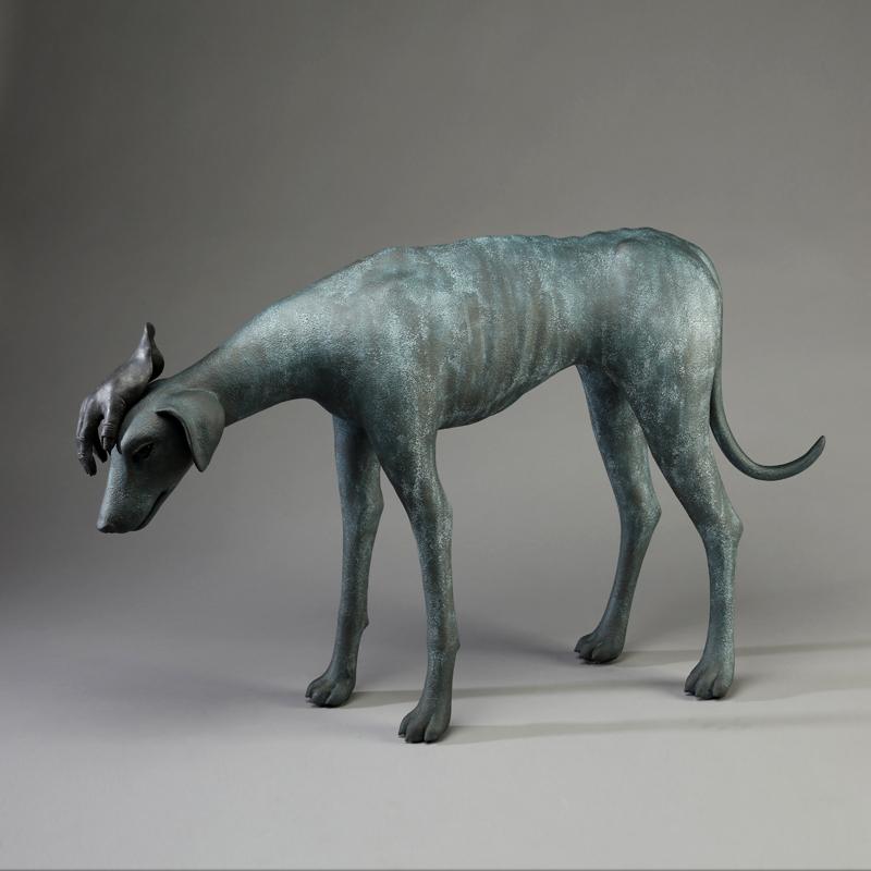 盧嬿宇 陶瓷 藝術 創作的 作品 多以變異的人體及混合動物形體作為主題,我認為人是一種難以順應自然本能生存的動物,在有限的生命中,尋求卓越、或合群、或自我實現、內在安定等意義,在廣袤的世界裡時時叩問著自我的形貌及定位。我希望藉 陶藝 創作各種變形混合的擬似生物,他們用各自的邏輯獨自生長,不被既定意義的框架所限。