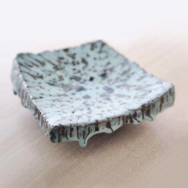 傅永悌 將 陶瓷 作品 質地上不均質小岩塊揉入泥土之中或是調入釉藥裡,以製造更多的隨機效果,造型運用切割重組作法,以換來許多的新可能,也包括嚴重失敗。永悌從即興創作中大開萬千可能之門,以實用性限縮揀擇,從直觀中篩選斟酌,擷取實用與即興創作兼具的吉光片羽,從 青瓷 陶藝 出發走工藝的路,往既精準又放鬆的方向邁進。