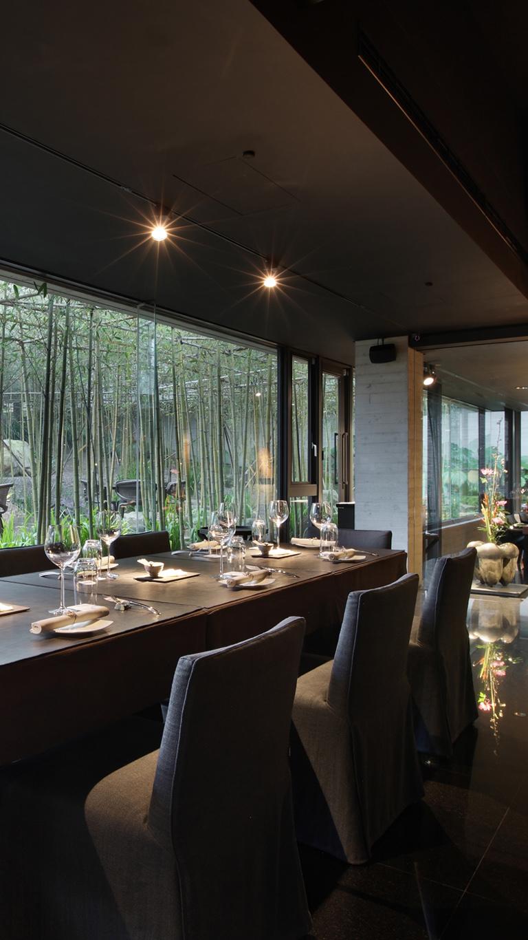 富貴牡丹 人文藝術餐廳座落於富貴三義館內,提供無國界 創意料理 ,並採取預約制,以新鮮的食材作為創意發想的泉源,給您最高品質的服務以及用餐體驗,詮釋獨一無二的 三義美食 。富貴牡丹為 景觀餐廳 ,在竹林山澗環繞的 秘境 中,帶領您品嘗到豐富的味蕾層次之餘,同時飽覽創作文化與大自然之美!
