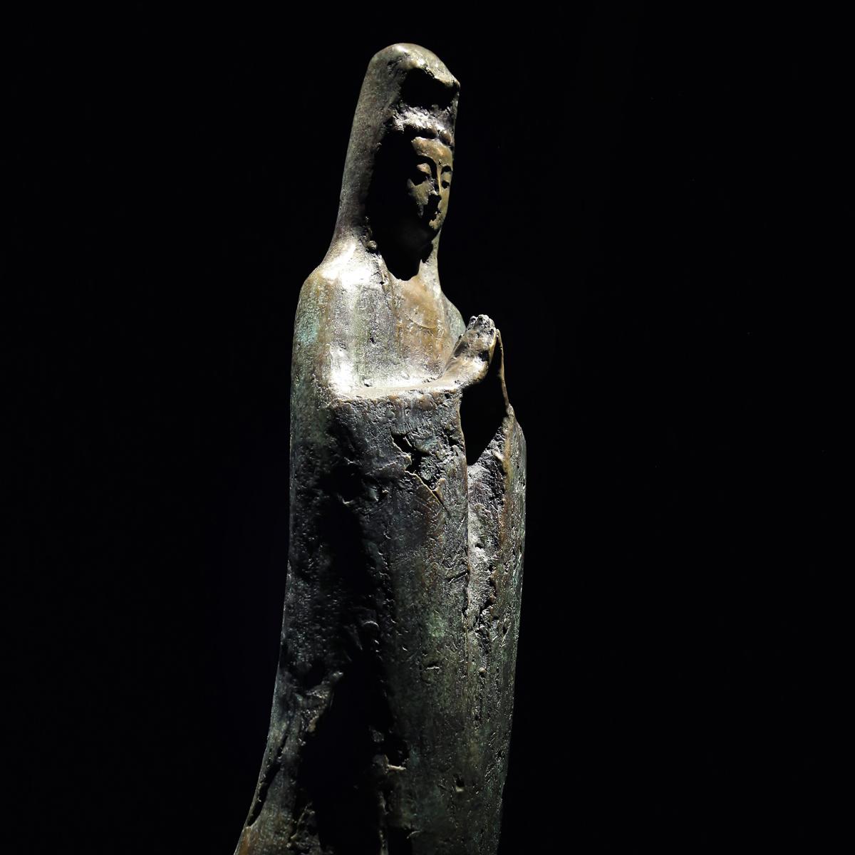 """一件能帶入感情的 藝術 作品 將成為生活的一部份。唯有累積在日常生活中的經驗和智慧,方是真正的""""美"""",真正的""""真""""。遠古以來人們信仰各種神祇,如: 觀音 、 達摩 、 佛像 、 關公 ...,信仰是人們精神寄託的重要方向。 陳紹寬 老師 的 銅雕 作品 將心中的感動,形象雕塑堆砌而成,引領我們審視過去與勾勒未來。"""