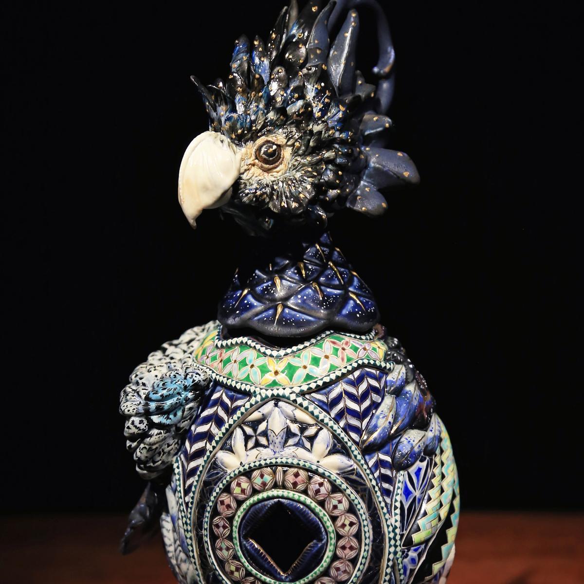 李思樺 陶藝 紋飾也作為美好的的期盼與想像,欲意捕捉消失的錦璱景象,也顯露出慾的另一精神層面。獸是文明未開化前,將其形象作為原始部落信仰中神秘力量的象徵。 藝術 作品 期盼能獲得與之相同的力量,逐漸成為部族神聖的圖騰,庇佑後代子孫的護身符。