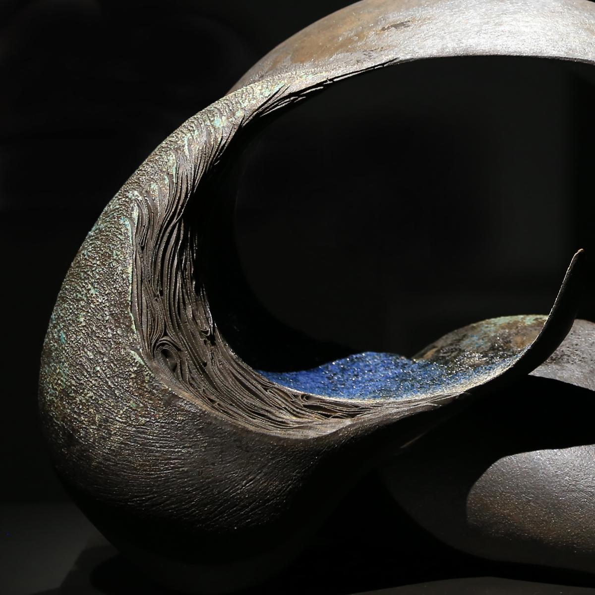 王幸玉 創作 的開始,從成長背景取的養分一直滋養我至今,展現在對 陶瓷 的質感表現。而形塑 陶藝 空間則是我慣用的語言,不論是對生活的感受亦或是對生命體認。用土書寫 藝術 ,讓泥土展現自己,放手與土一起自然而然地存在,是對未來創作的追求。
