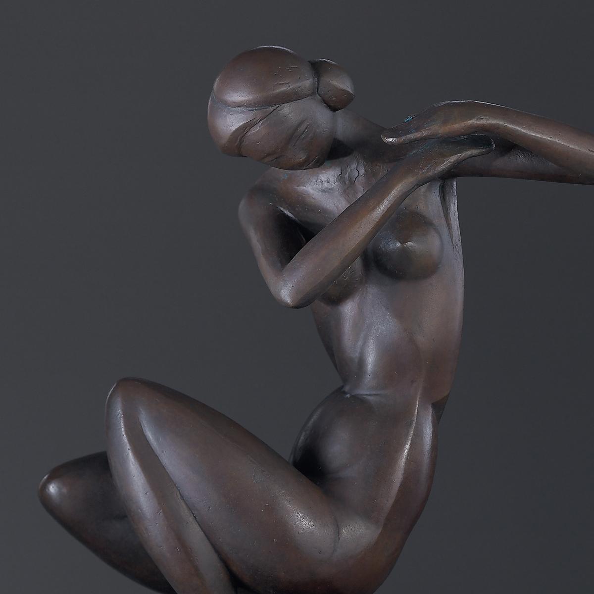 許維忠 認為一個 雕塑家 創作一件好的作品,不是發明而是發現。作品必須回到時間、空間裡,用歲月去完成,揉合 雕塑 家個人之氣,回歸一個「物」的本位與尊嚴。如此作品巔峰之時,也是 藝術 作品 走向舊蝕風化成「物」的回歸。萬物同等,是生態、是循環。
