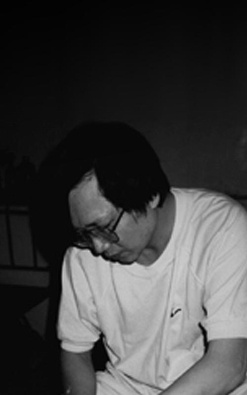 藝術 家 謝長融 先生,字玄同,1953年出生於臺灣嘉義,現年六十六歲,文化大學化工系陶業組畢業,擁有深厚的釉藥理論背景,同時也為實踐 陶瓷 釉藥的特性之發揮,潛心致力於 陶藝 創作。「春花之美;芳菲人間」承接自身對自然花草的喜愛和觀察,將花卉和植物本質的生命姿態經巧思繪製注入其 陶藝 作品 中。