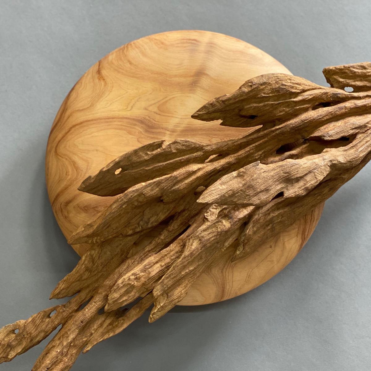 創作者的生活離不開 藝術, 藝術 也離不開生活。 董旻晋 ( 董明晉 )回首生命中每一種經歷、每一段時間片刻,都有值得再三回味的風景。木頭以陽光、雨水和空氣為養分,靜靜默默與千年作伴,是一種天地共養的大美,令人相信生命自有出路;那種隨時間刻印在 木雕 作品 上的風化印記、自然有機的美,令人驚艷。